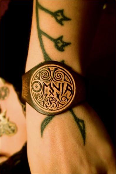 OMNIA Elegant Leather Wristband